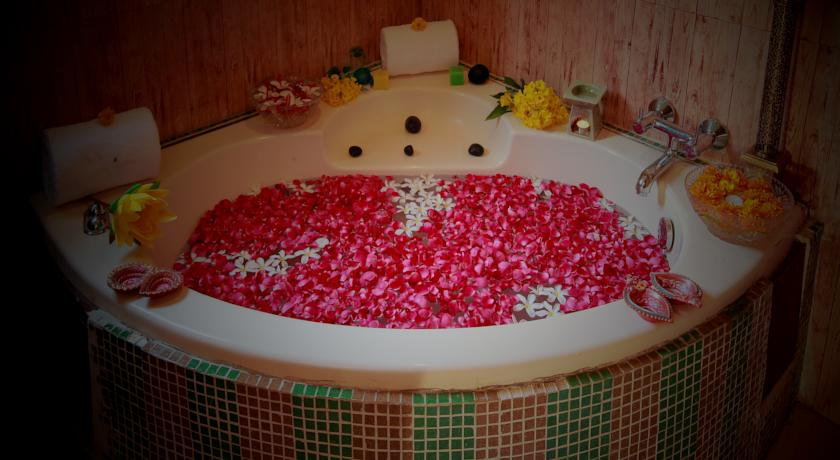 bathtub in Country Inn & Suites By Carlson Haridwar