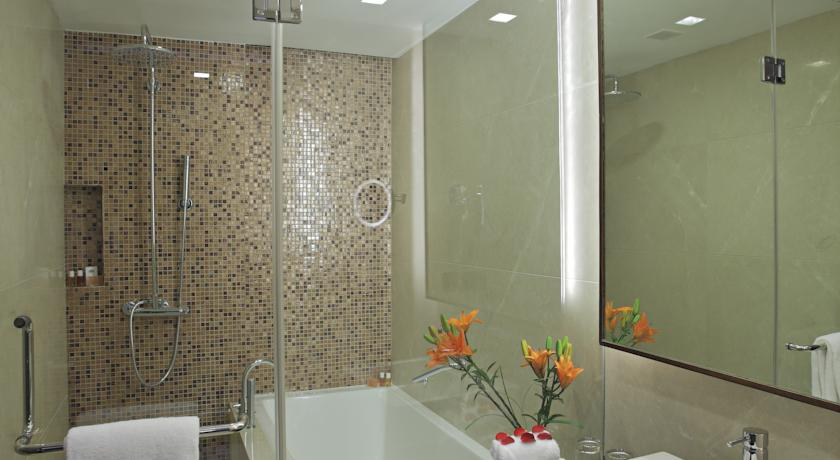 Bathroom in Country Inn & Suites By Carlson Udyog Vihar