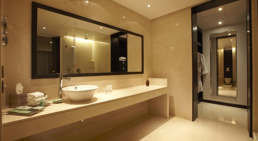 Bathroom in Courtyard By Marriott Pune City Center