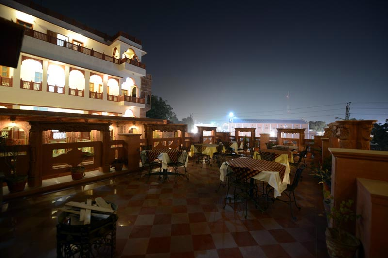 Dining2-in-Desert-Wind-Hotel