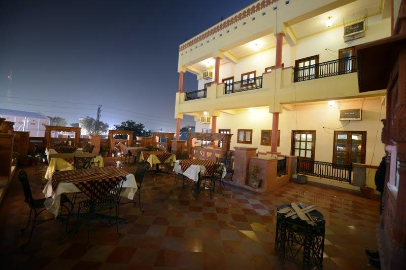 Dining-in-Desert-Wind-Hotel