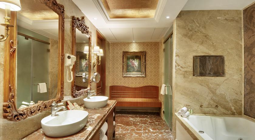 Bathroom in Hotel Express Inn