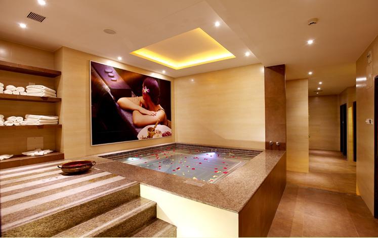 Hot Tub in Hotel Express Inn
