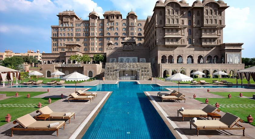 Luxury Swiming in Fairmont Jaipur Hotel