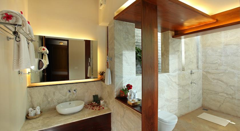 Bathroom in Hotel Greenwoods Resort