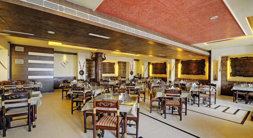 Dining in Hotel Holiday Resort