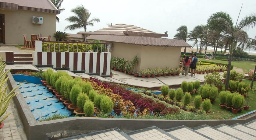 Garden in Hotel Holiday Resort2
