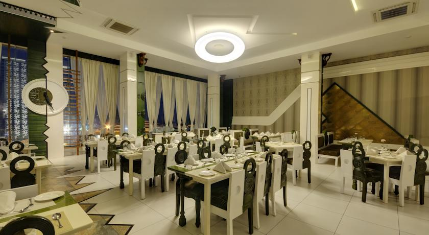 Dining in Hotel Holiday Resort3